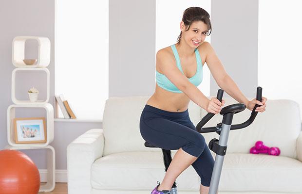 Ajuster la brune à faire du vélo d'exercice