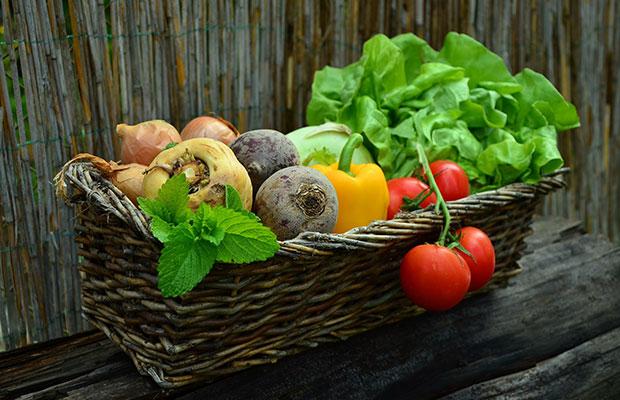nourriture biologique dans un panier