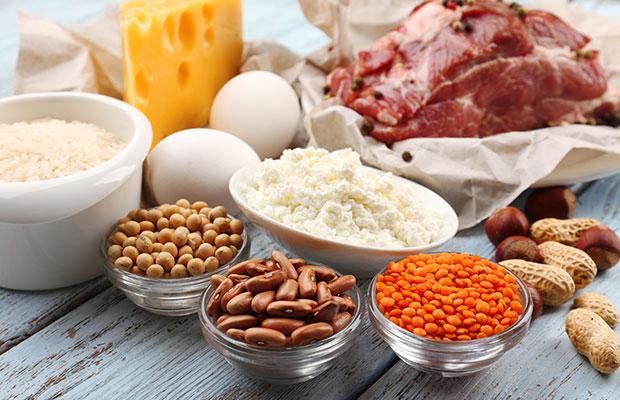 Aliments riches en protéines sur table