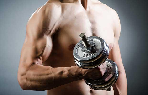 bodybuilder avec des haltères