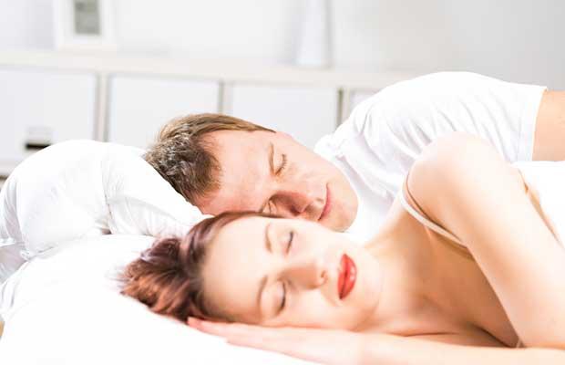 Couple dormant dans son lit