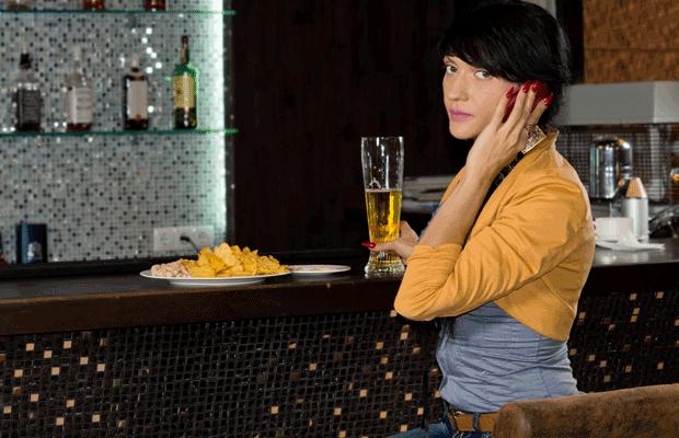 femme boire de la bière
