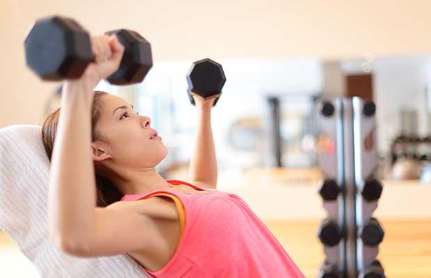 Femme faisant un levage de poids
