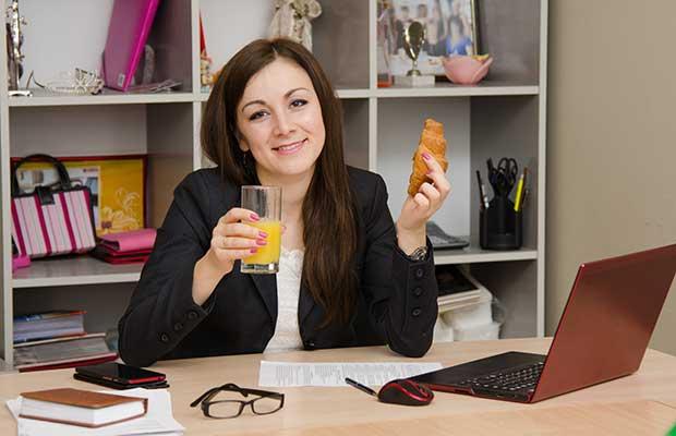 Femme manger nourriture