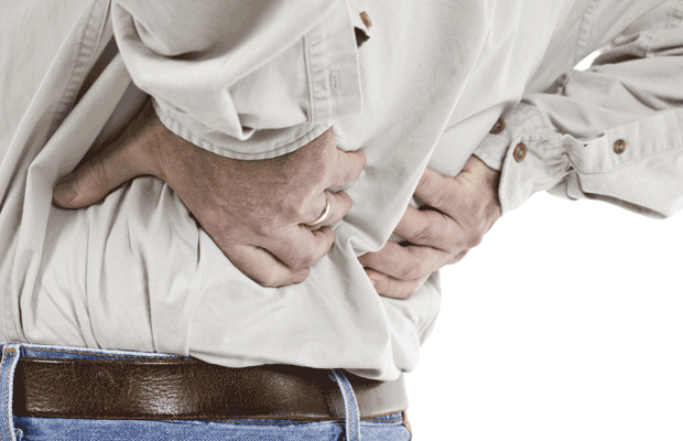 Homme avec les maux de dos