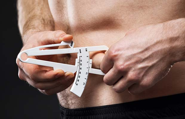 Homme mesure corps graisse avec calipers