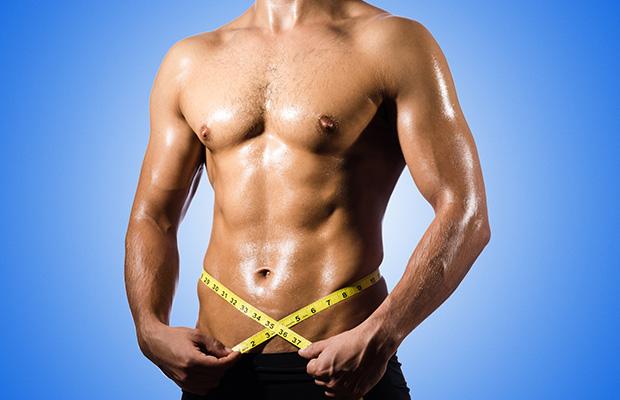 homme musclé mesurant son muscles