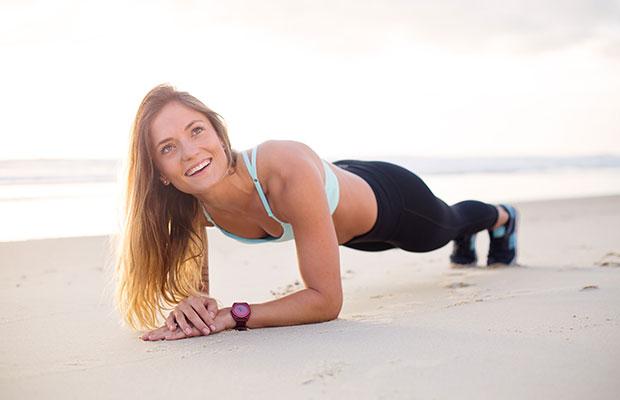 jeune fille exerce à la plage