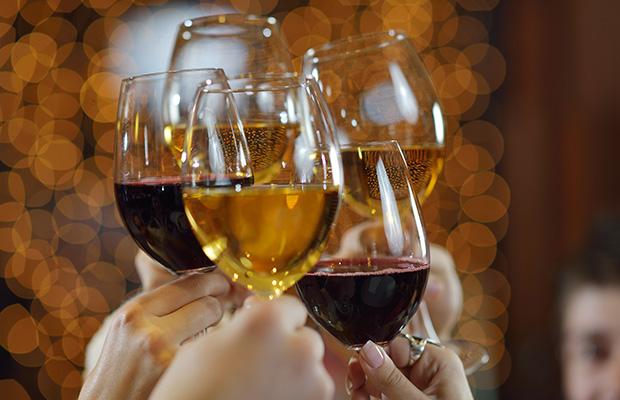 mains tenant les verres de champagne et de vin