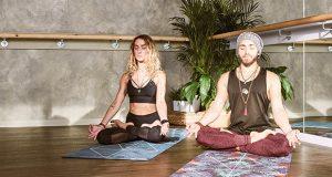 couple faisant du yoga