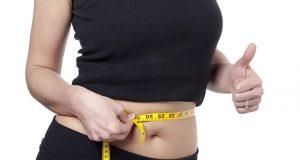 femme mesurant sa taille