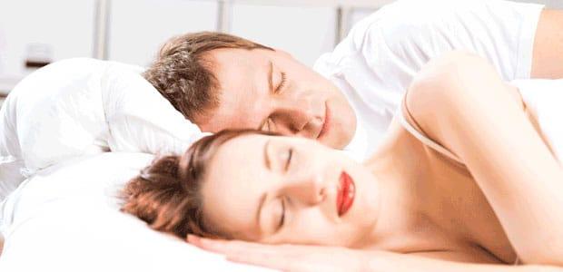 femme endormie dans le lit