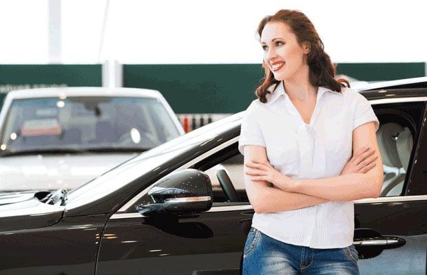 femme à l'extérieur d'une voiture