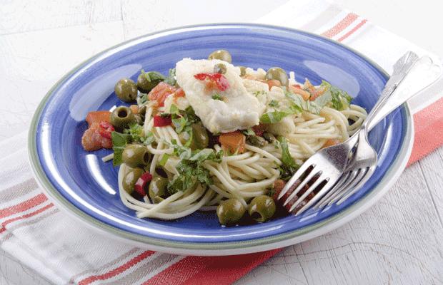 cabillaud aux olives capres tomate piment persilet le basilic coupe sur une plaque