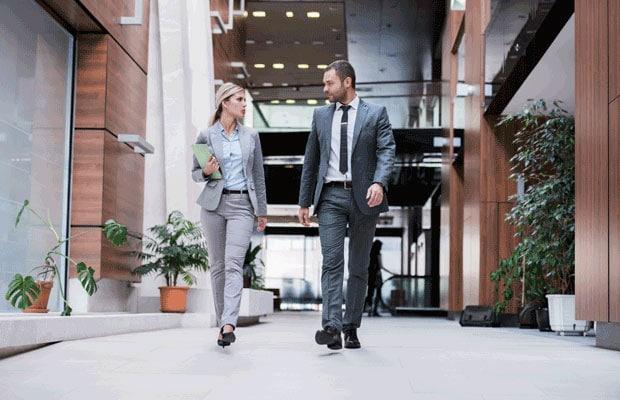 femme homme marchant dans le bureau