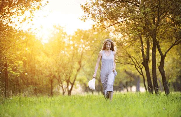 femme marchant sur cour