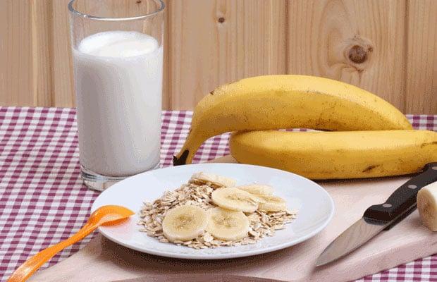 etit déjeuner avec la farine d'avoine biologique et la banane fraîche