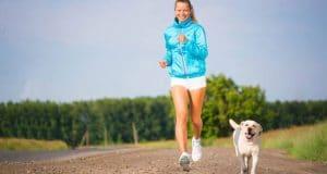 femme courir avec un chien