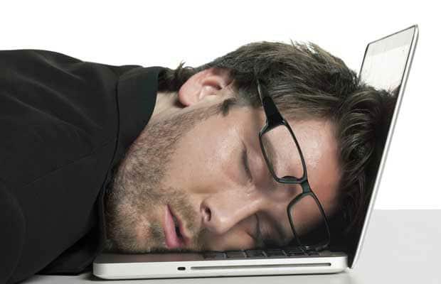 homme qui dort sur son ordinateur portable