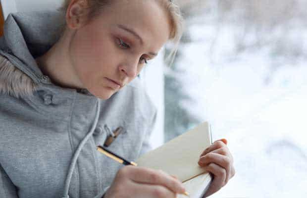 eune fille écrit dans son journal