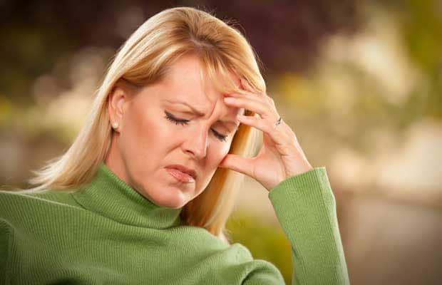 femme avec des maux de tête