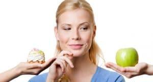 femme de choisir sucre ou des fruits