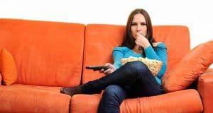 femme dans le canapé