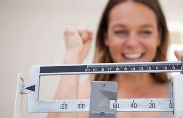 femme à l'échelle de poids