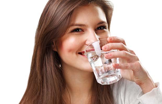 Femme boit de l'eau