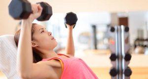 femme faisant le levage de poids