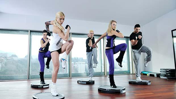 Groupe de fitness dans la salle de gym
