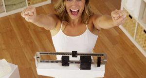 Bonne femme célébrant la perte de poids