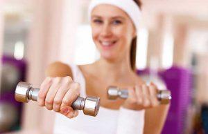 Femme faisant du sport dans la gym