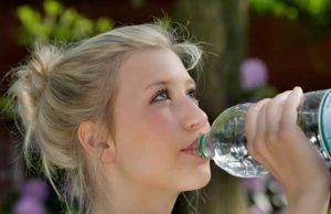 Jeune femme boit de l'eau