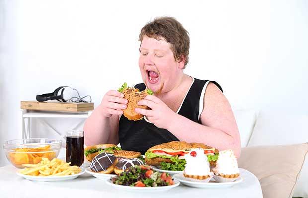 Femme qui mange une grande quantité de nourriture