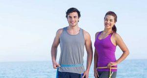 jeune couple mesurant leur graisse du ventre