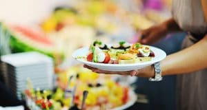 assiettes avec nourriture