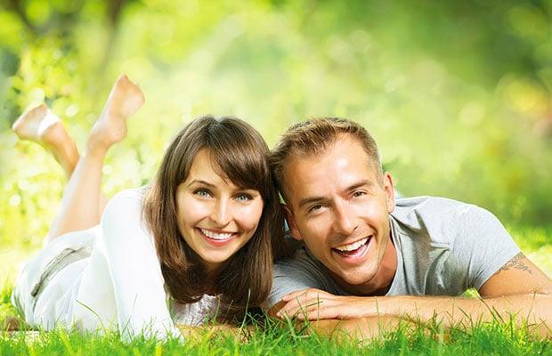 heureux couple souriant ensemble relaxant