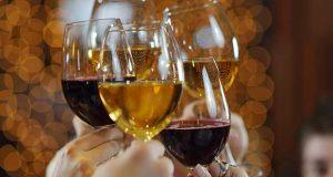 mains tenant des verres de vin