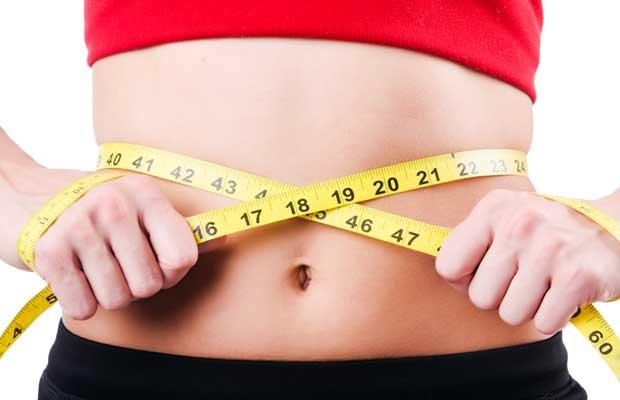 jeune fille mesurant la taille