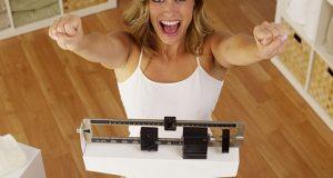 femme célébrant la perte de poids