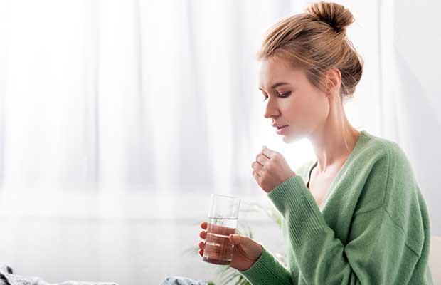Femme prenant des pilules du Trimtone