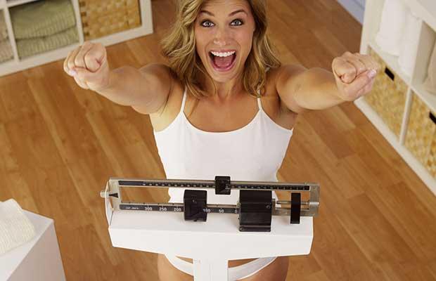 Femme sur une échelle de poids
